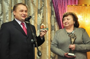 Голова правління «ВБР» Валентина Арбузова отримує приз від Володимира Янченка за фінансування парку «Київська Русь».