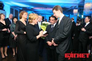Катерина Ющенко отримує сертифікат на 4 млн грн. для свого фонду. Олександр Васильєв - справа