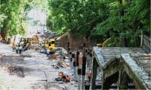 Фото ремонту сходів до Магдебурзької колони зроблено ще у травні - за три місяці до визначення підрядника.