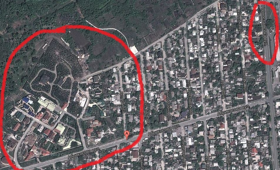 Зліва обведено обійстя Януковичів, справа - Горностаївська.