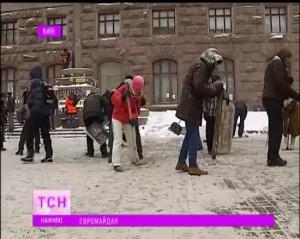 Євромайдан чистить сніг