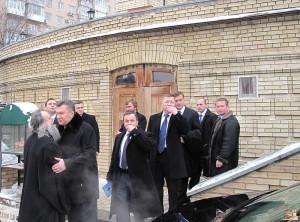Віктор Янукович з охоронцями і свитою в храмі Святого Михайла, який Чеботарьов наповнював іконами та мощами.