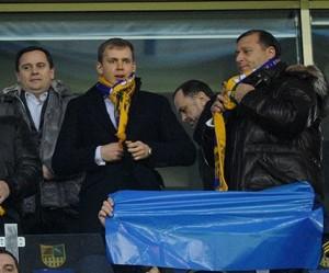 Публічний представник кооперативу СЄПЕК Сергій Курченко (в центрі) і харківський губернатор Михайло Добкін (зправа).
