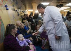 Турбота про дітей: Янукович тільки переніс гостре респіраторне захворювання і пішов красуватись перед телекамерами до хворих на рак дітей, у яких знищено імунітет.