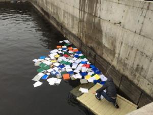 """Активісти дістають з води в Межигір'ї частину документів, схожих на """"чорну"""" бухгалтерію """"Сім'ї"""". Фото Оксани Коваленко"""