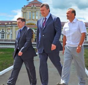 Олексій Кривопішин з с президентом Віктором Януковичем і першим замміністра інфраструктури Костянтином Єфіменком.