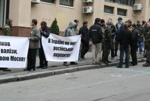 Люди, що називаються Самообороною Майдану, не пускають на роботу одного з двох керівників Нацкомфінпослуг