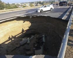 Провалля на дорозі під Сімфйерполем. Фото ИТАР-ТАСС.