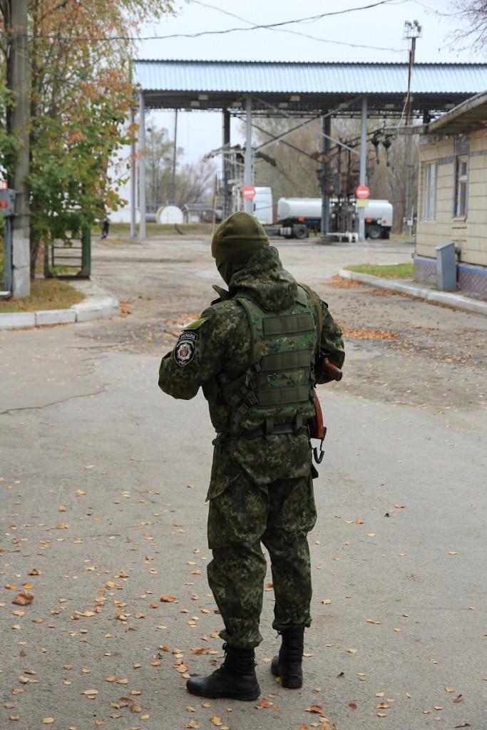 Під наглядом автоматчиків бензин Курченка покинув базу Сєчіна і був проданий фірмою Тищенка.