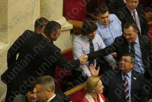 Боксер Продивус ручкається з боксером Кличко, між ними борець Тедеєв.