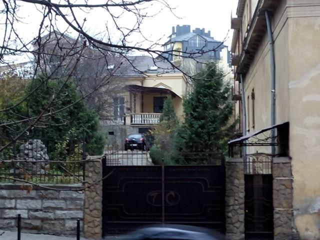 За даними сайту «Корупція», суддя Сергій Гирич живе в цьому будинку на вулиці Короленка у Львові (фото www.korupciya.com)