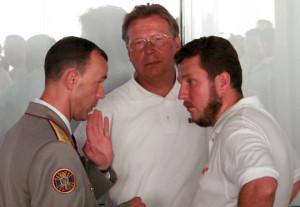 """Антон Яцнеко (справа) слухає одного з босів """"БЮТ"""" Андрія Кожемякіна у пристуності свого патрона Сергія Осики."""