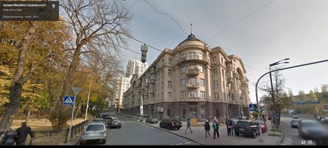 На передньому плані будинок Петра Порошенка, позаду - скандальна багтоповерхівка Грушевського, 9а.