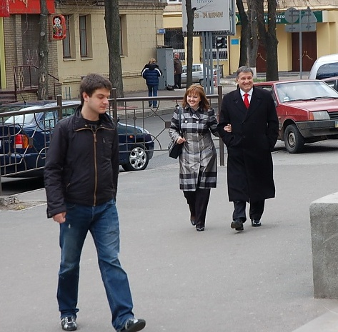 Арсен Аваков з дружиною та сином Олександром (на передньому плані) йдуть голосувати.