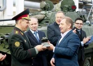 """Директор бронетанкового заводу Сергій Бутенко приймав на заводі міністра оборони Валерія Гелетея у вересні 2014 року - через три місяці після того, як злив 18 мільйонів на """"прокладочні"""" фірми."""