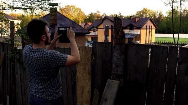 """Керівник телепрограми """"Наші Гроші"""" знімає будинок на ділянці Оксани Чеботар."""