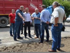 Олександр Шевченко вказує пальцем на неправильний ремонт траси Н-09, який робить не його фірма.