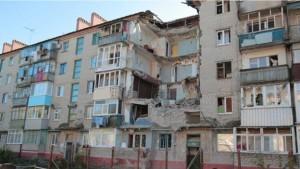 Зруйнований підїзд будинку у Словянську, який вирішили відбудувати, а не зносити весь будинок