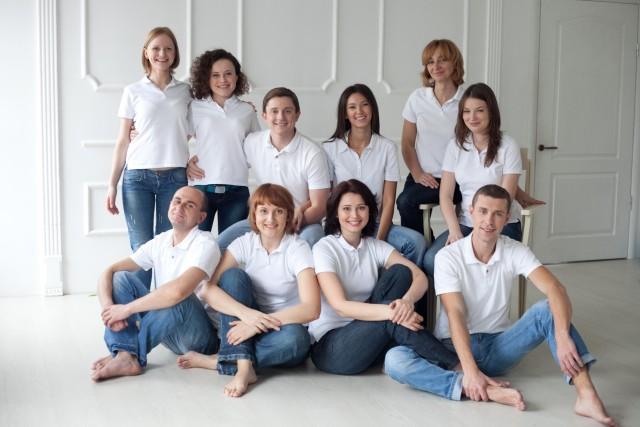 Оксана Гуляєва стоїть у другому ряду ліворуч. У центрі сидить Олесь Довгий, праворуч від нього дружина Катерина Горіна, донька екс-нардепа ірини Горіної.