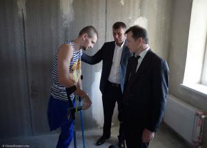 Сергій Скуратовський (по центру) в присутності лідера його партії Олега Ляшка перед виборами 2014 року подарував бійцю з зони АТО Юрію Весельському квартиру в Києві.