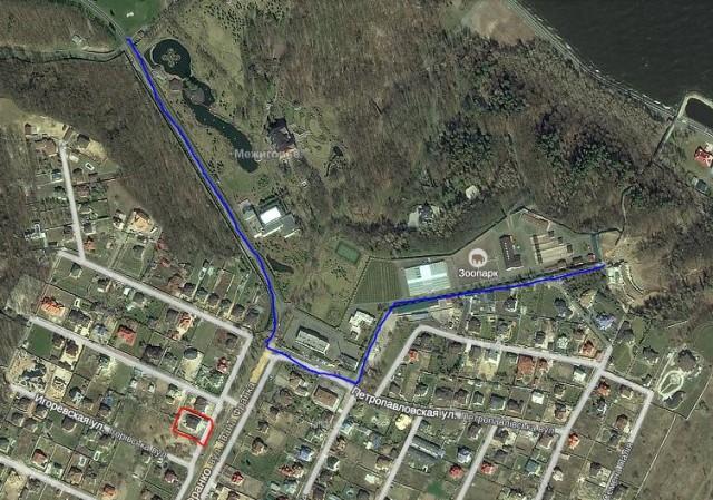 Синім позначено «Межигір'я», червоним – будинок Полєжай