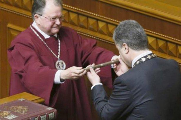 Петро Порошенко з вдячністю прийняв символ влади з рук Юрія Бауліна, чий син відмітився на рейдерському ринку нерухомості.