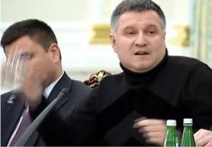 Арсен Аваков кинув у Саакашвілі стакан з водою за публічно виголошену підозру у корупції. Що тепер і в кого буде кидати міністр внутрішніх справ?
