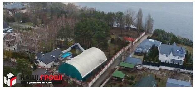 По сусідству з Терещенком володіння з тенісними кортами і басейном належить мультимільйонеру Олександру Ярославському.