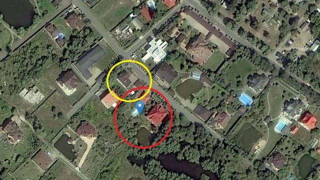 Подарований будинок на 320 кв м на карті виділений червоним; досі зареєстрований на суддю особняк площею 215 кв м – жовтим.