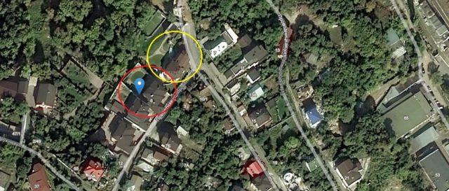 Будинок Костянтина Моргуна виділений червоним, матері Юрія Поляченка - жовтим