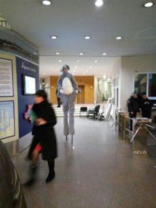 Мерія Дніпра оплачує з бюджету послуги цієї ходульниці по 495 грн за годину. Фото «Депо.уа»