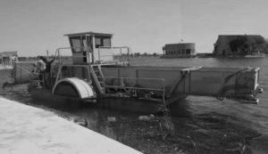 Комунальників Горішніх Плавнів купили човен-комбайн для косіння очерету за 6 миллионов (фото)