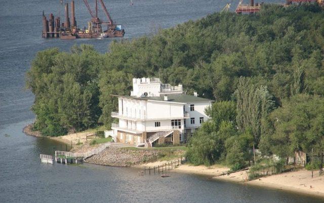 Прокурор через суд скасовує рішення Київради про передачу азарівцям півгектара на Трухановому острові