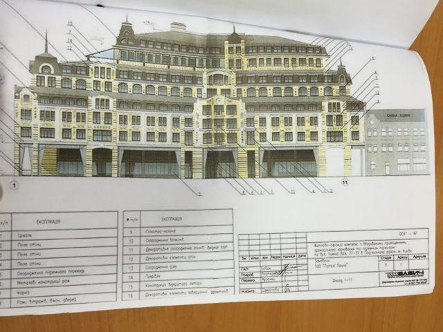 Будинок-монстр на Подолі: чому не зносять зайві поверхи
