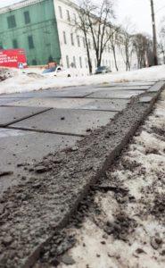 Підрядник у снігопад зробив біля СБУ новий тротуар за 9 мільйонів, і той відразу розвалився (фото)